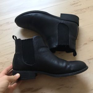Black Chesla boots
